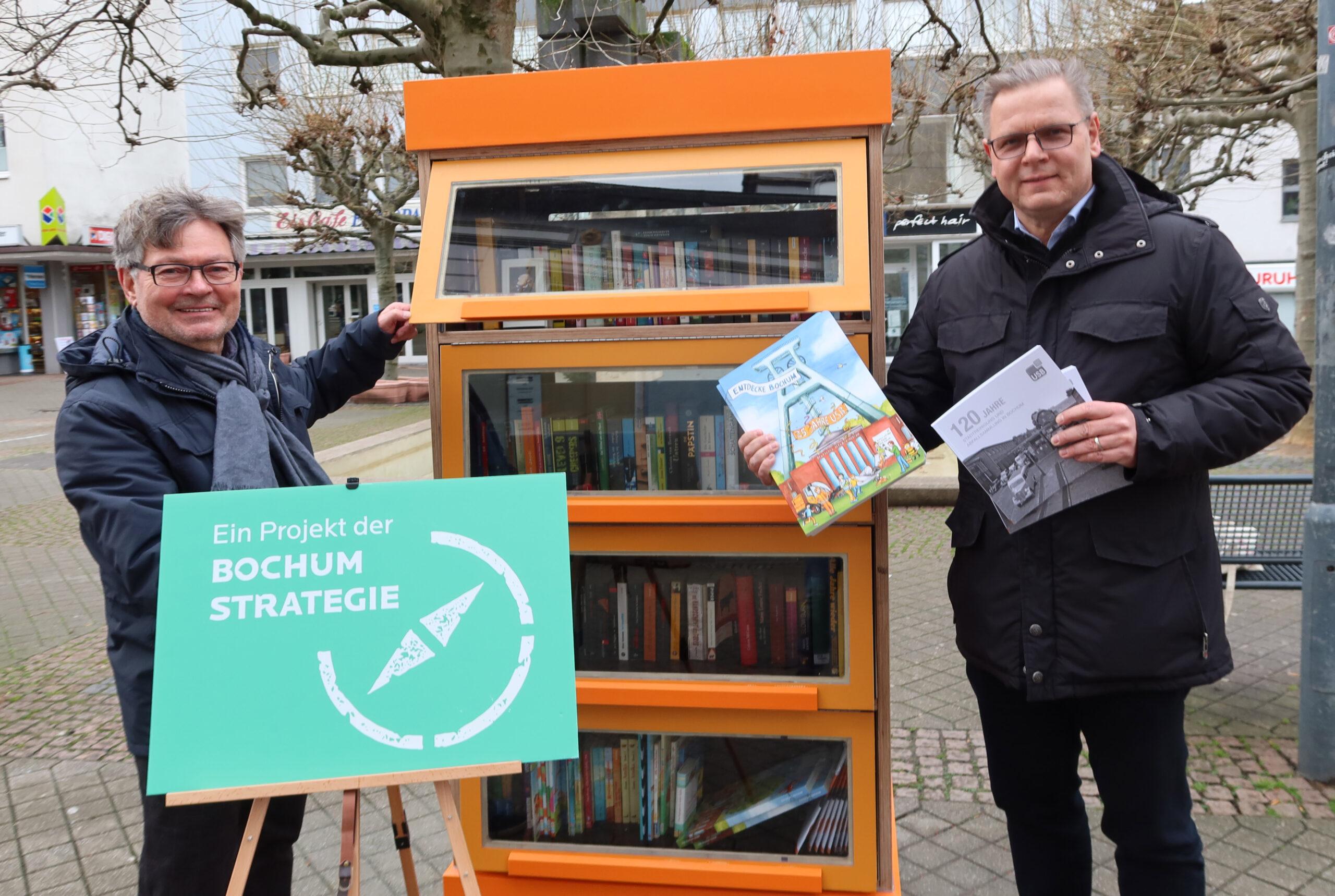 USB-Geschäftsführer Dr. Thorsten Zisowski und Bezirksbürgermeister Hans-Peter Herzog weihen den Bücherschrank ein